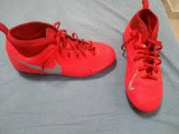 Chuteira Nike vermelha tamanho 37