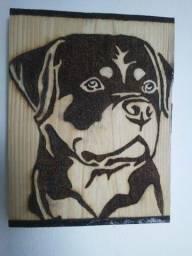 Cão Rottweiler em madeira