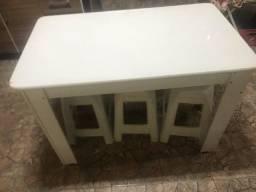 Mesa de madeira com 06 banquetas