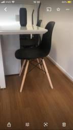 Conjunto 4 cadeiras pretas com pés de madeira