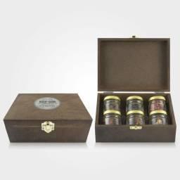 Kit 6 Especiarias Meller Hop Gin em caixa de madeira com fecho.