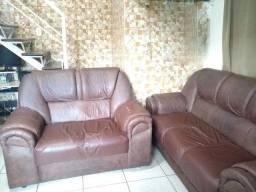 Jogo de sofás de 2 e 3 lugares marrom em ótimo estado