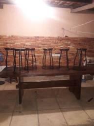 Mesa rústica com bancos em madeira e ferro