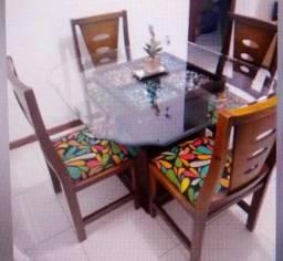 Mesa com 4 cadeiras em Madeira, tampo de vidro. R$ 450,00