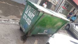 Vendo Container de Lixo. Passo Cartao