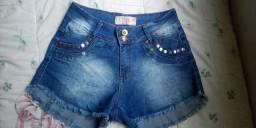 Short jeans grande com detalhes