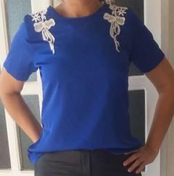 Blusa de seda azul com renda