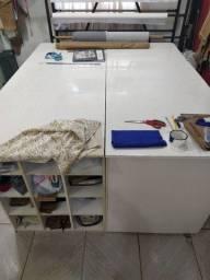 Mesa de corte com gaveteiro e prateleiras