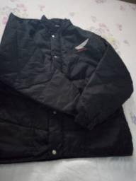 Vendo um conjunto de capa de chuva e uma jaqueta