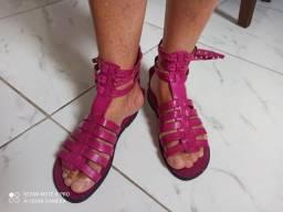 Vendo uma sandália de couro