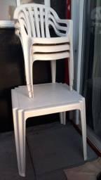 Mesa + 3 cadeiras de plástico