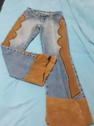 Calça. Jeans artesanal em couro bordada