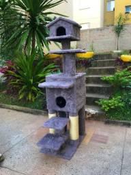 Arranhador de gato sem uso feito todo em madeira.