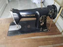 Máquina de costura antiga com mesa