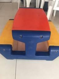 Mesa infantil com bancos