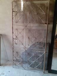 Portão de ferro medindo,92largura,comprimento1.85valor 100reais