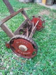 Antigo cortador de grama funcionando