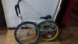 Bicicleta cros, desmontada e bicicleta de marcha, desmontada