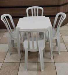 Mesa e cadeiras plásticas
