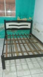 Vendo uam cama de casal Simi nova de madeira