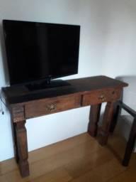 Poltrona, TV com chromecast e aparador