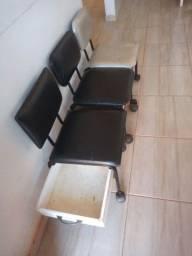 Vendo 3 cadeiras de manicure, 1 lavatório e 1 cadeira de cabeleireiro.