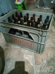 Engradados com 24 garrafas de cerveja