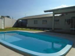 Venda ou loc. anual, casa com linda área verde, ampla piscina e churrasqueira.