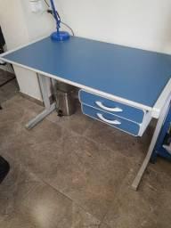 Mesa com 2 gavetas para escritório com chave.
