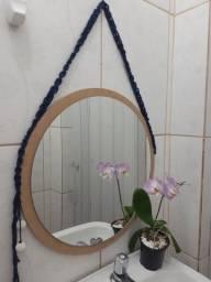Espelho na moldura com suporte macramê