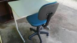 Mesa e cadeira pra escritório