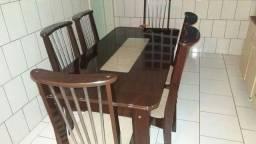 Mesa de madeira cor tabaco com vidro