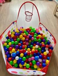 Piscina de bolinha com cesta de basquete