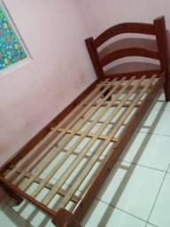 Vendo essa cama de solteiro de madeira em bom estado