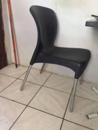 Cadeira de plástico com pé de alumínio