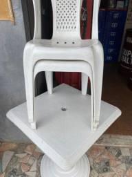 Mesa de plástico mais duas cadeiras