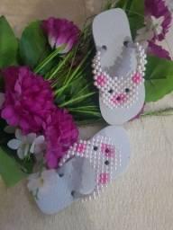 Chinela infantil decorada com pérolas