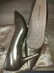 Sapatos dourado e onça