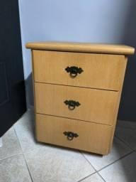 Mesa de cabeceira em madeira maciça com três gavetas