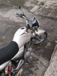 Uma moto Suzuki 150i ano 14/15