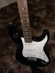 Guitarra Memphis preta com caixa de som pequena
