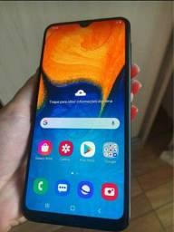 Samsung a20.  Tem 32gb 3gb de RAM vendo o troco por xaiomi