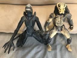 Bonecos Predador e Alien