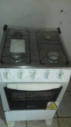uma geladeira um fogão um Tarquínio tos funcionando perfeitamente