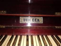Piano von dek