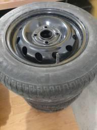 Pneus aro 13 com rodas e calotas