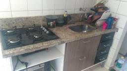 Armário de cozinha já com a pia de mármore