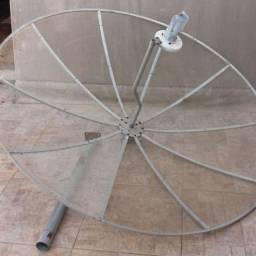uma antena parabolica e 2 aparelhos