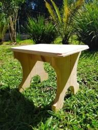 Banquinho em madeira