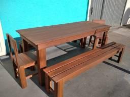 Mesa de madeira com bancos e cadeiras